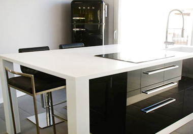 table en solid surface pour cuisine plan de. Black Bedroom Furniture Sets. Home Design Ideas